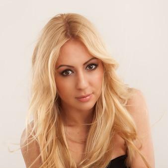 Mooie blondevrouw met lang haar