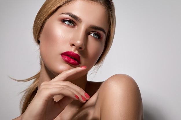 Mooie blondevrouw met rode lippen