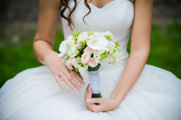 Mooie boeketten bloemen klaar voor de grote huwelijksceremonie
