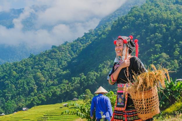 Mooie boer meisje met stro in rijstvelden in noord-thailand