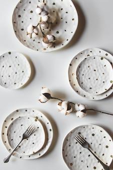 Mooie borden op een witte achtergrond met katoen. mooie indeling