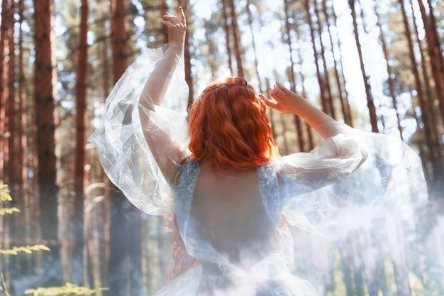 Mooie bos de nimfdans van de roodharigevrouw