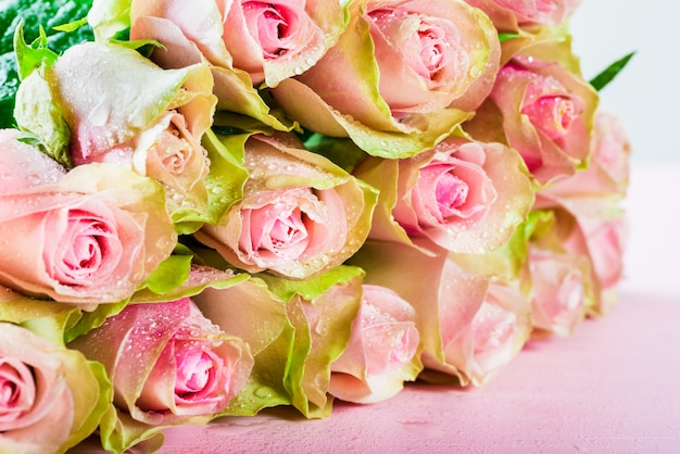 Mooie bos van twee gekleurde rozen