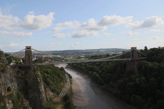 Mooie bovenaanzicht shot van clifton down brug loopt over een rivier in bristol, uk