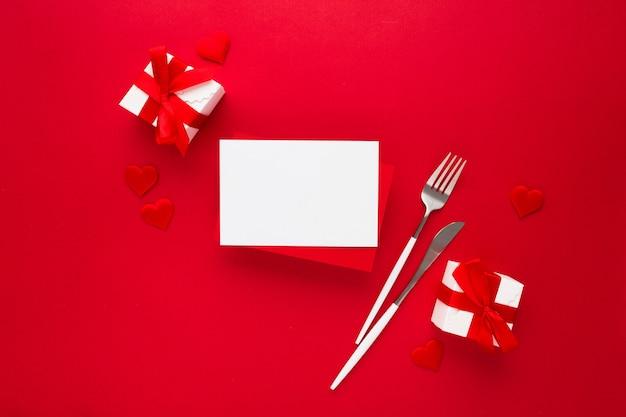 Mooie bovenaanzicht van lege wenskaart voor valentijnsdag op rood