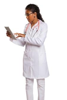 Mooie braziliaanse vrouwelijke arts op wit oppervlak