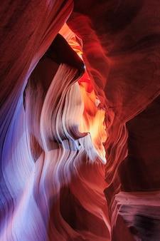 Mooie brede kijkhoek van verbazingwekkende zandsteenformaties in de beroemde antelope canyon
