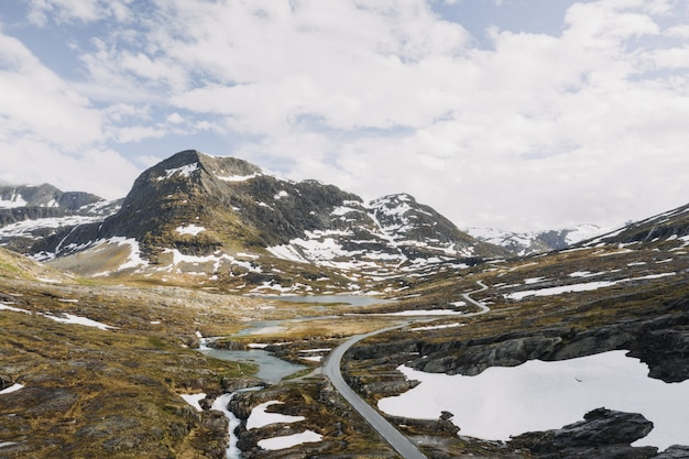 Mooie brede opname van bergen gevuld met sneeuw omgeven door kleine meren