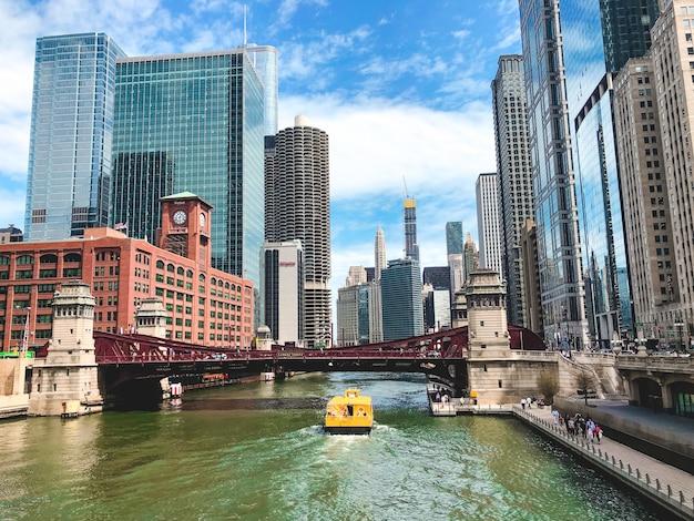 Mooie brede opname van de chicago river met verbazingwekkende moderne architectuur
