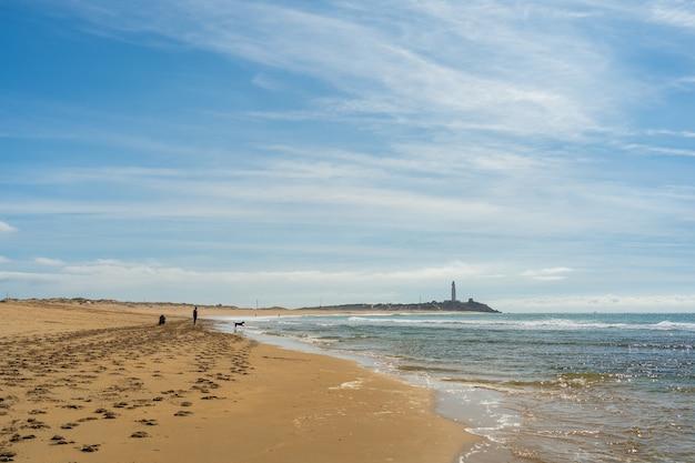 Mooie brede opname van een zandstrand in zahora, spanje met een heldere blauwe lucht