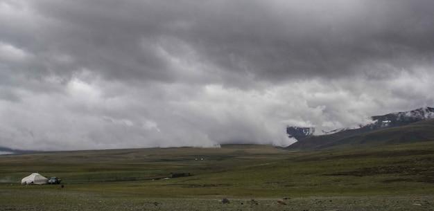 Mooie brede opname van mistige laaglanden onder een grijze sombere hemel