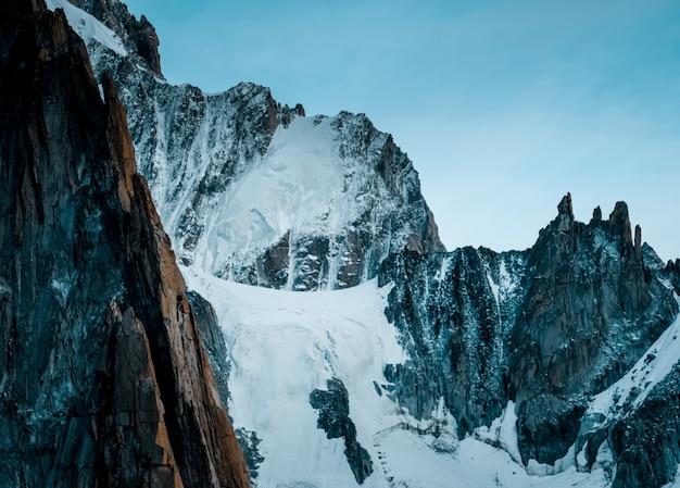 Mooie brede opname van ruth-gletsjers bedekt met sneeuw