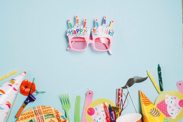Mooie bril in de buurt van feestartikelen