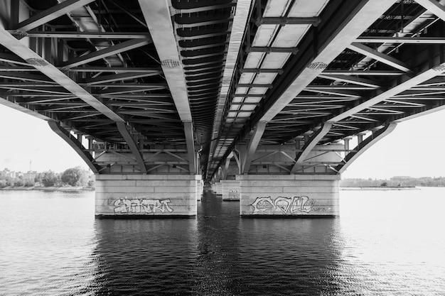 Mooie brug over de rivier in de stad
