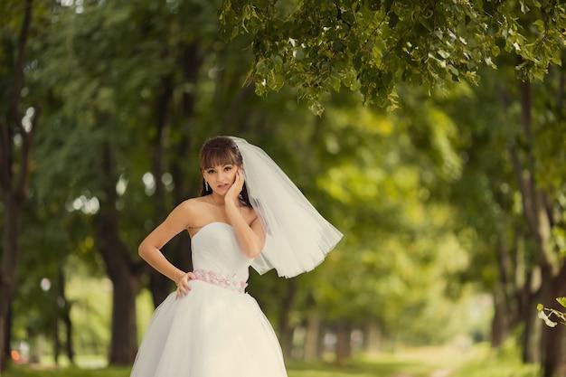 Mooie bruid buiten in een bos