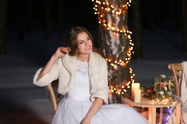 Mooie bruid buiten op winteravond