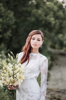 Mooie bruid buitenshuis