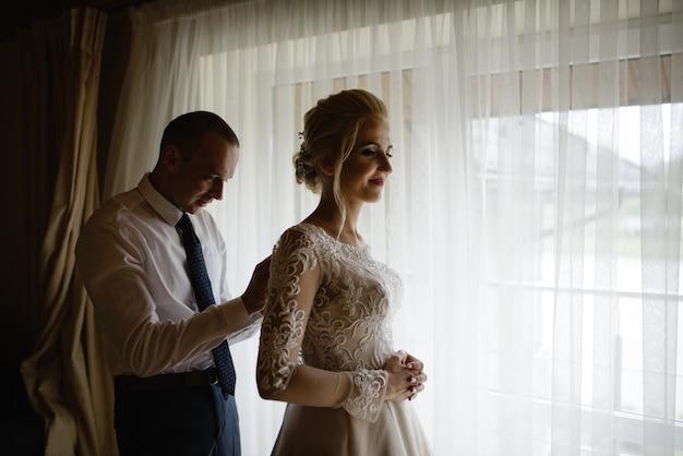Mooie bruid en bruidegom in een hotelkamer