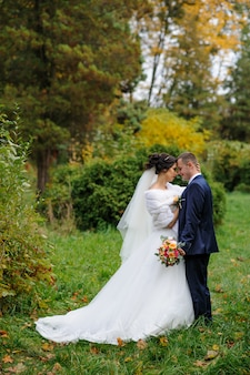 Mooie bruid en bruidegom in het groene park