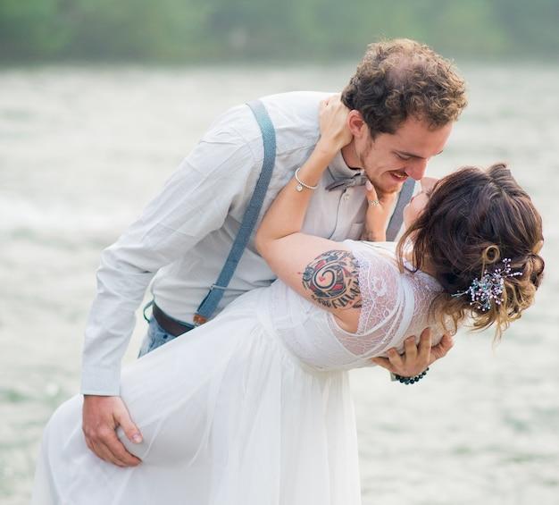 Mooie bruid en bruidegom net getrouwd bruidspaar