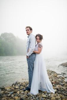 Mooie bruid en bruidegom. net getrouwd. trouwkoppel.