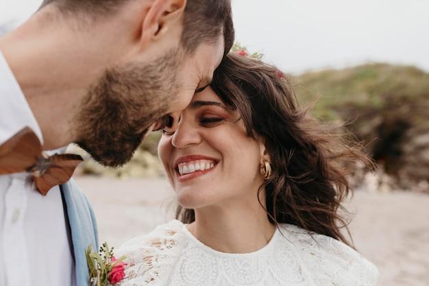 Mooie bruid en bruidegom op het strand