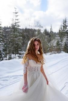 Mooie bruid in een besneeuwde bos