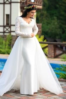 Mooie bruid in een trouwjurk. het concept van liefde en huwelijk