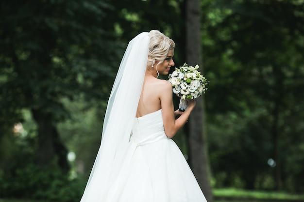 Mooie bruid in het park