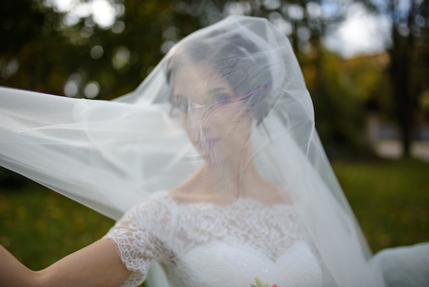 Mooie bruid in trouwjurk in het park