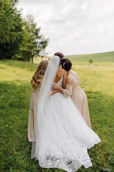 Mooie bruid in witte jurk poseren