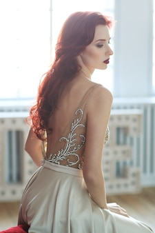 Mooie bruid in witte trouwjurk
