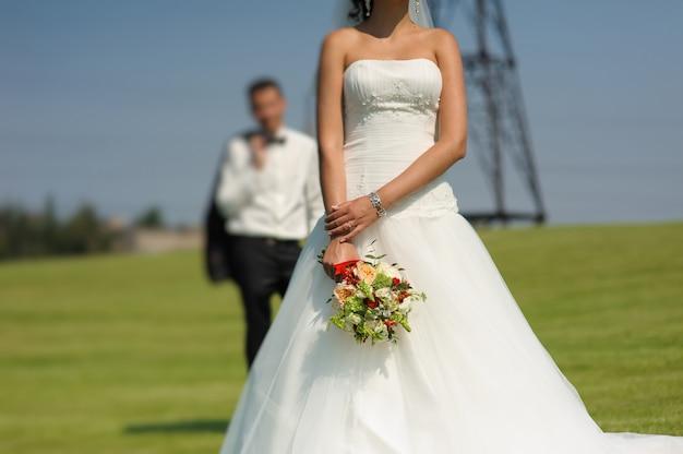 Mooie bruid met boeket bloemen