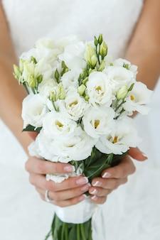 Mooie bruid met boeket