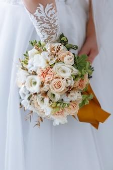 Mooie bruid met bruiloft boeket close-up