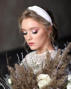 Mooie bruid met delicate make-up in de studio. afbeelding van de bruid op de huwelijksdag.