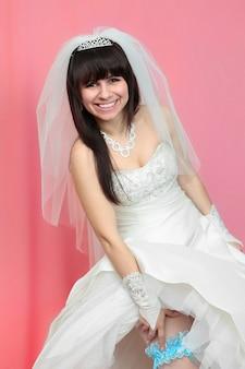 Mooie bruid met een blauwe kousenband