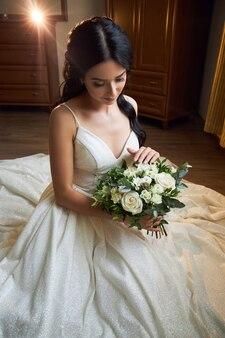Mooie bruid met een bruiloft boeket in haar handen