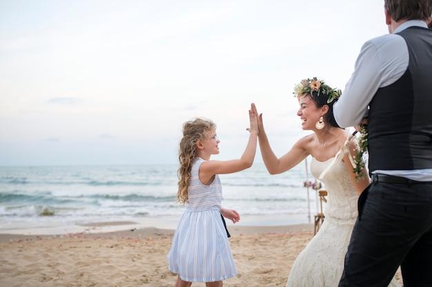 Mooie bruid met haar bloemenmeisje