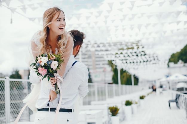 Mooie bruid met haar echtgenoot in een park