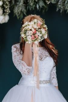 Mooie bruid met huwelijksboeket