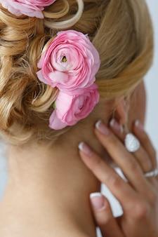 Mooie bruid met rozen op het haar