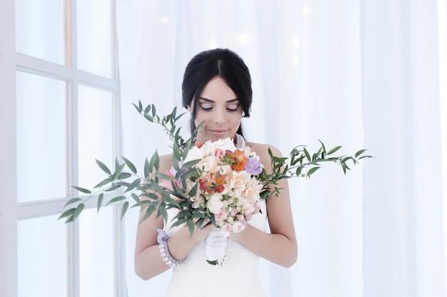 Mooie bruid met witte jurk