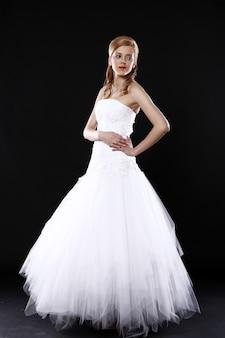 Mooie bruid over zwarte muur