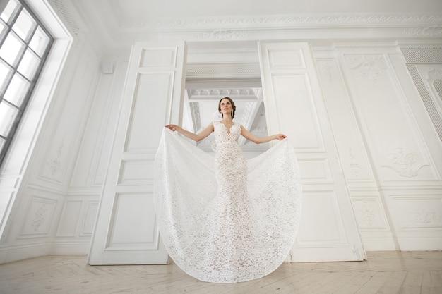 Mooie bruid poseren in een trouwjurk