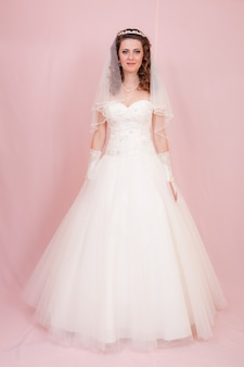 Mooie bruid staat in trouwjurk