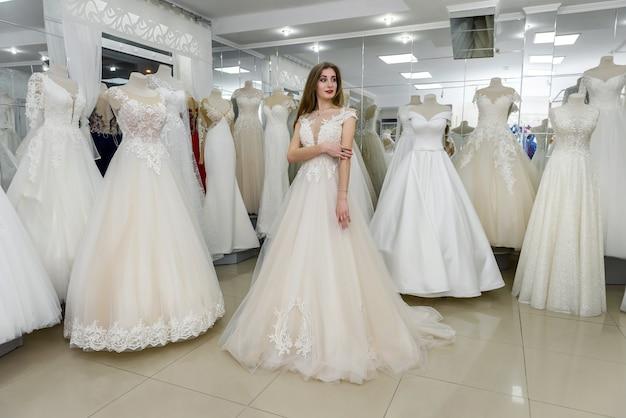 Mooie bruid trouwjurk dragen in salon