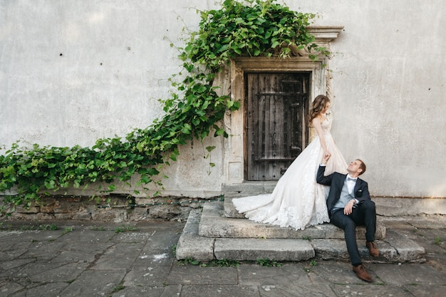 Mooie bruiden zijn gefotografeerd in de buurt van het oude huis