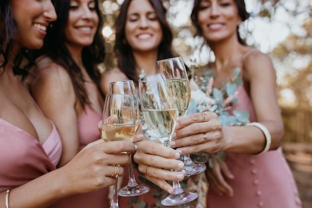 Mooie bruidsmeisjes die buiten plezier hebben