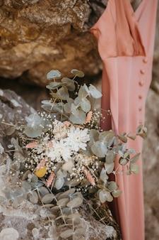 Mooie bruidsmeisjes jurk in hanger